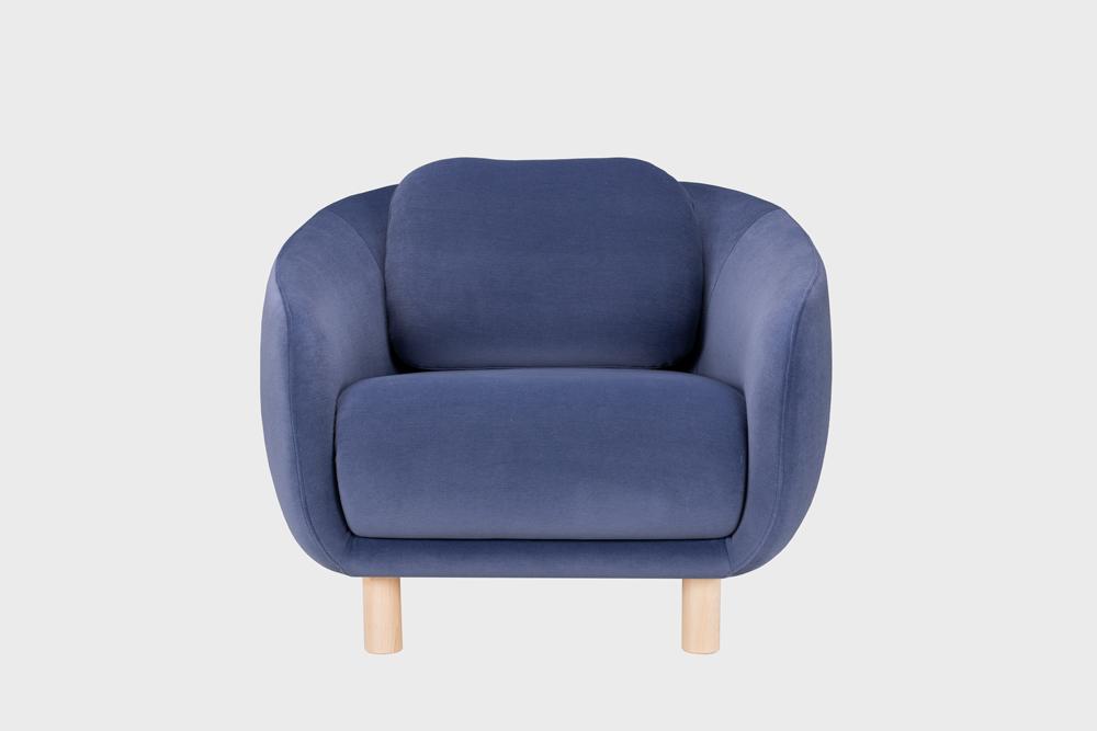 Bobo-nojatuoli laventelin värisellä Gentle-kankaalla ja koivujalalla.