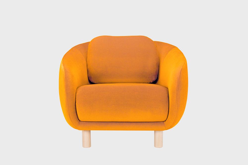 Bobo-nojatuoli oranssilla Gentle-kankaalla ja koivujalalla.