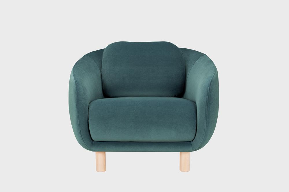 Bobo-nojatuoli tummanvihreällä Gentle-kankaalla ja koivujalalla.