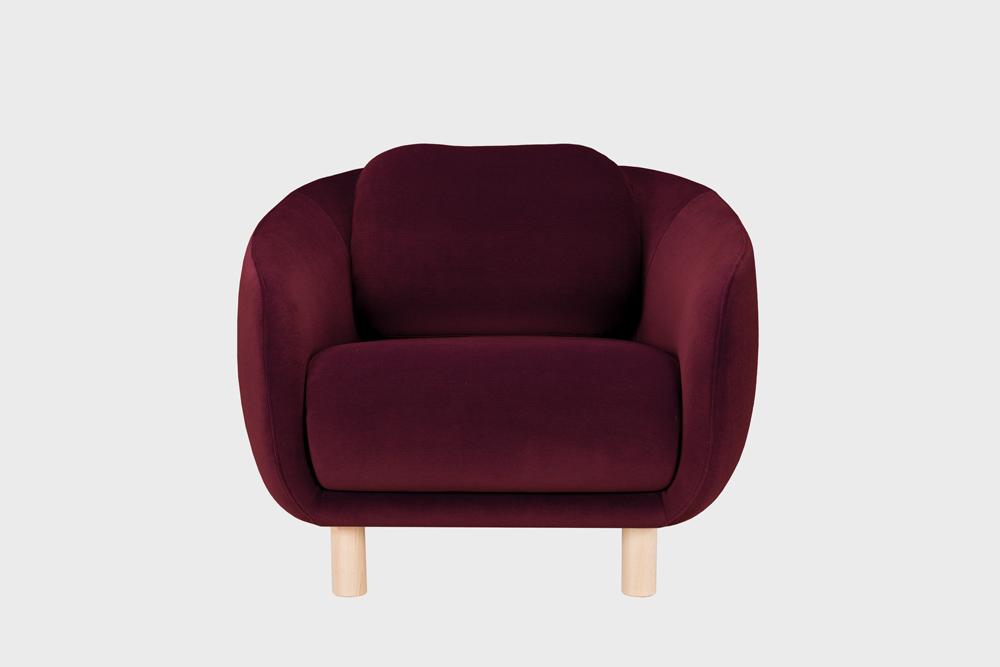 Bobo-nojatuoli viininpunaisella Gentle-kankaalla ja koivujalalla.