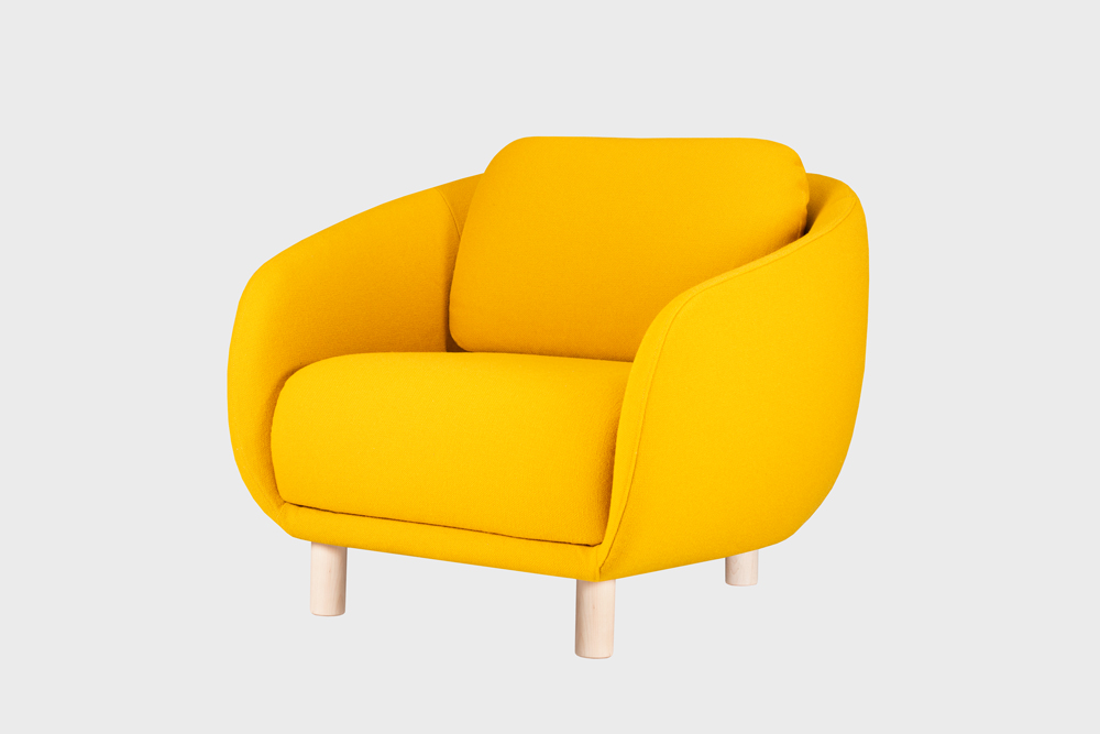 Bobo-nojatuoli sahramin värisellä Hallingdal-kankaalla ja koivujalalla.