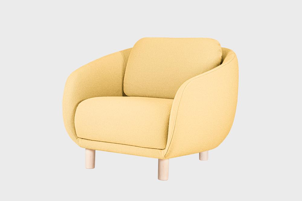 Bobo-nojatuoli vaaleankeltaisella Hallingdal-kankaalla ja koivujalalla.