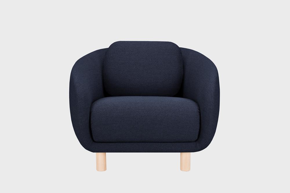 Bobo-nojatuoli tummansinisellä Moss-kankaalla ja koivujalalla.
