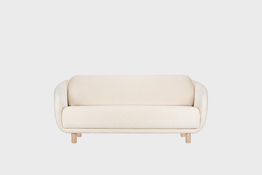 Bobo-sohva luonnonvalkoisella Cloud-kankaalla ja koivujalalla.