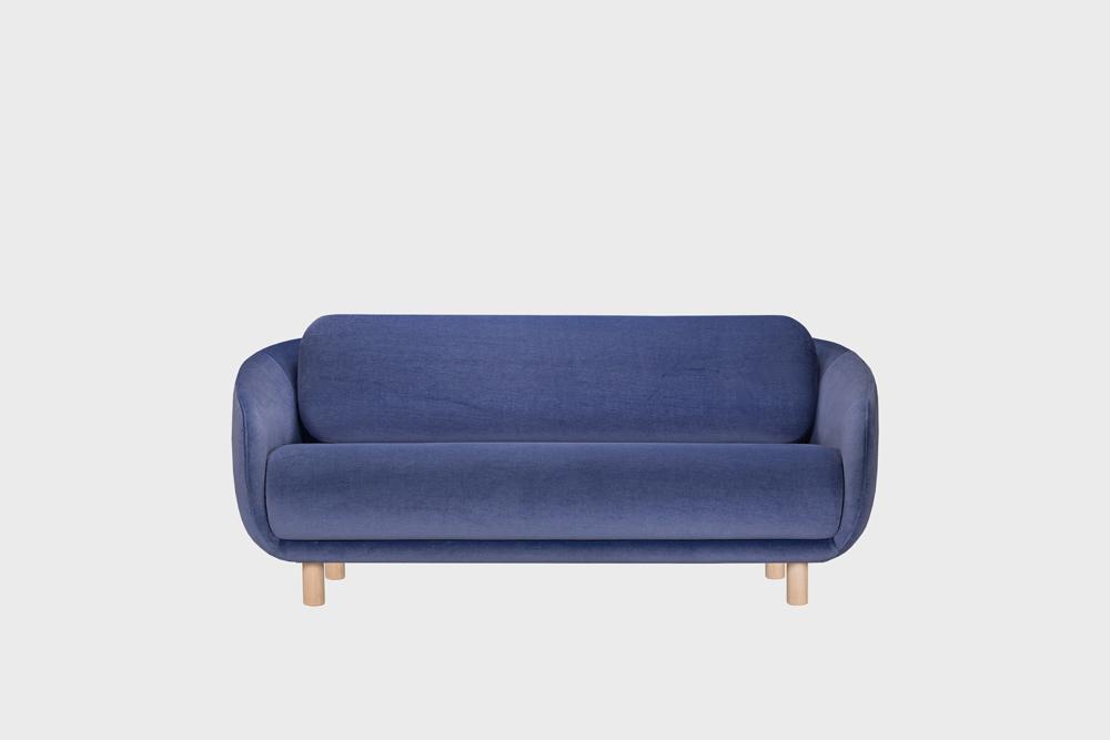 Bobo-sohva laventelin värisellä Gentle-kankaalla ja koivujalalla.