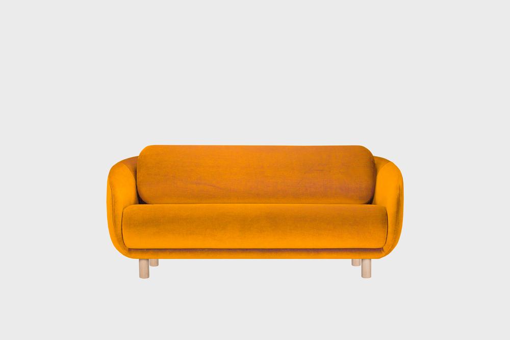 Bobo-sohva oranssilla Gentle-kankaalla ja koivujalalla.
