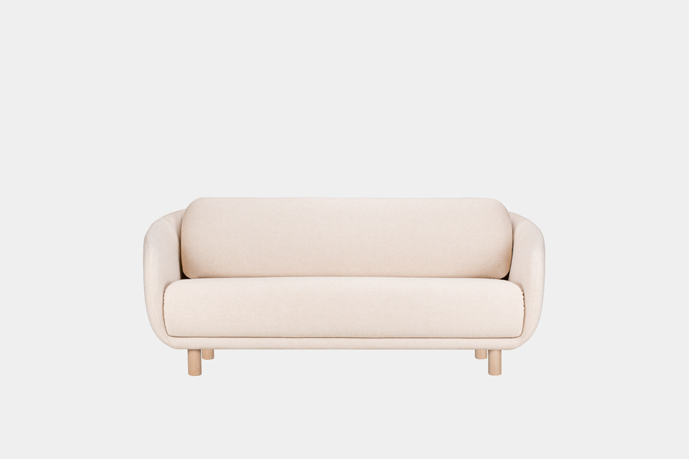 Bobo-sohva hiekan värisellä Hallingdal-kankaalla ja koivujalalla.