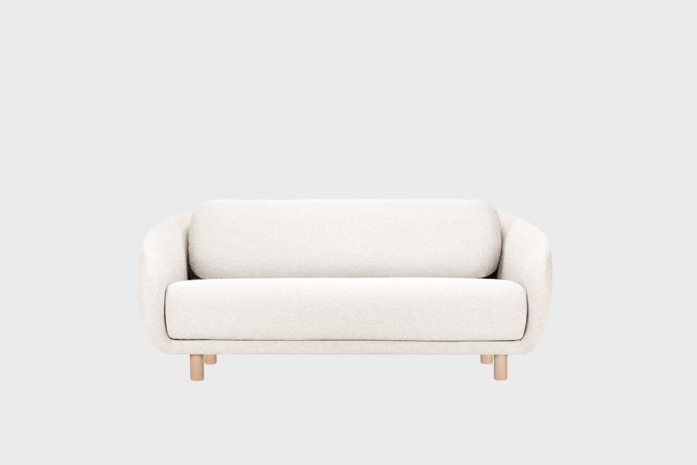 Bobo-sohva luonnonvalkoisella Moss-kankaalla ja koivujalalla.