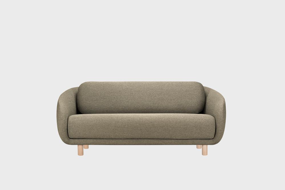 Bobo-sohva saven värisellä Moss-kankaalla ja koivujalalla.