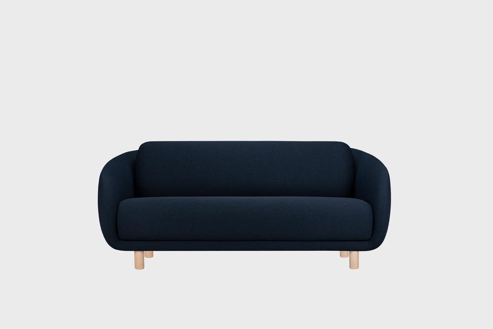 Bobo-sohva tummansinisellä Moss-kankaalla ja koivujalalla.