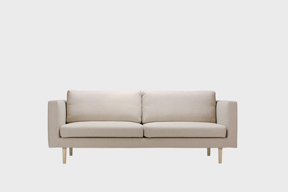 Cosy-sohvan irtopäällinen hiekan värisellä Florist-kankaalla.