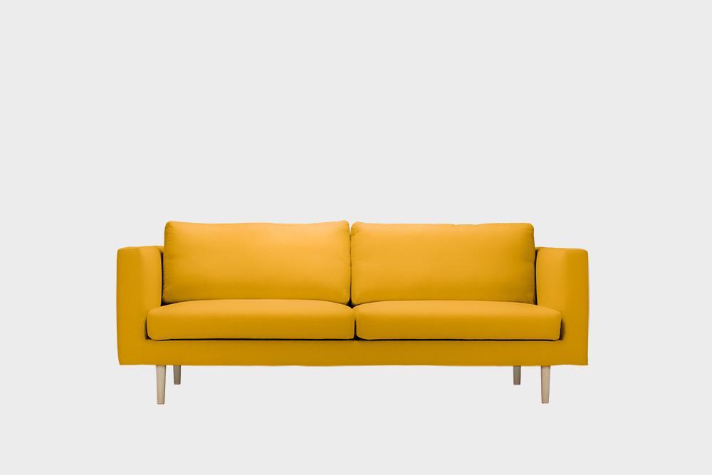 Cosy-sohvan irtopäällinen okran värisellä Soft-kankaalla.