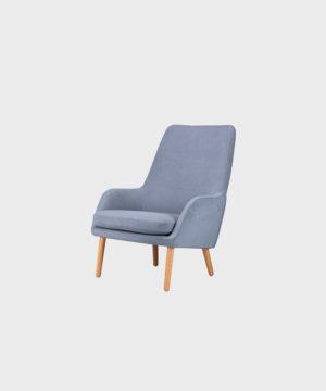 Day-nojatuoli vaaleansinisellä Soft-kankaalla ja tammijalalla.