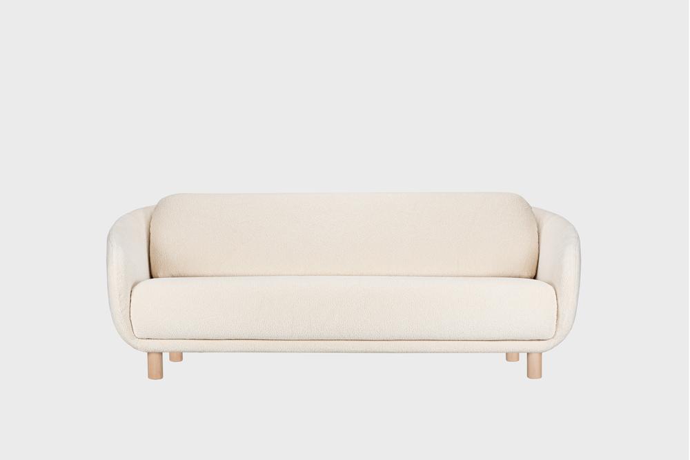Iso Bobo-sohva luonnonvalkoisella Cloud-kankaalla ja koivujalalla.