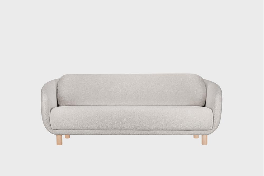 Iso Bobo-sohva harmaalla Cloud-kankaalla ja koivujalalla.