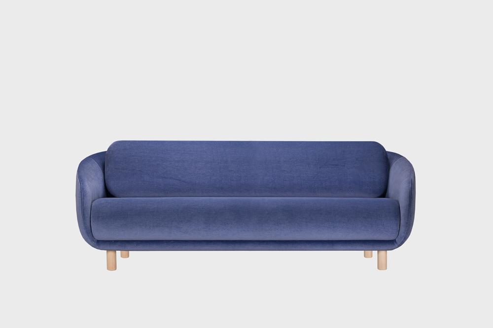 Iso Bobo-sohva laventelin värisellä Gentle-kankaalla ja koivujalalla.