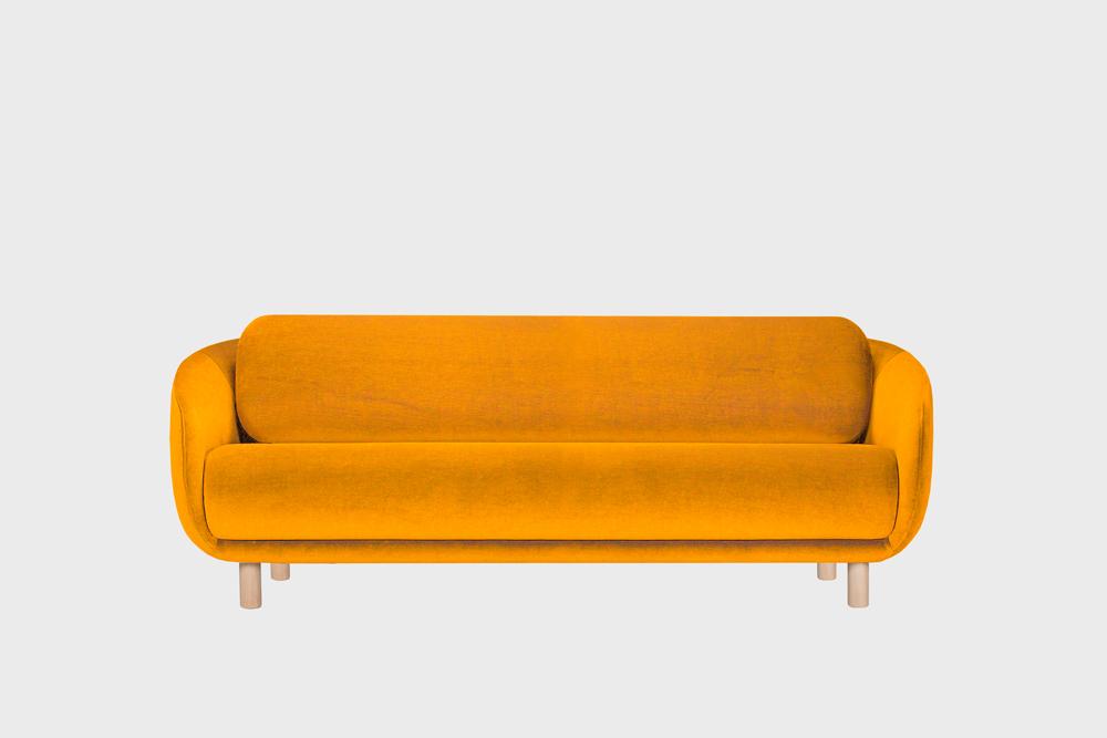 Iso Bobo-sohva oranssilla Gentle-kankaalla ja koivujalalla.