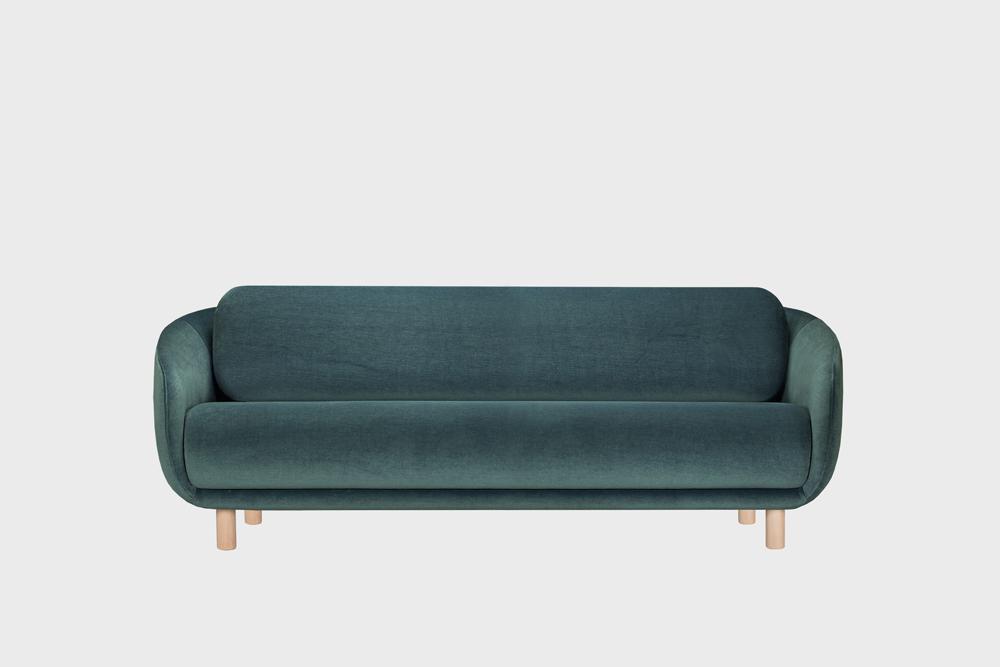 Iso Bobo-sohva tummanvihreällä Gentle-kankaalla ja koivujalalla.