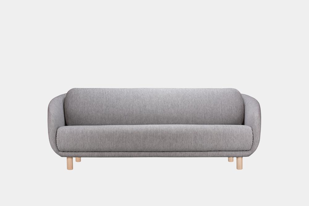 Iso Bobo-sohva harmaalla Moss-kankaalla ja koivujalalla.
