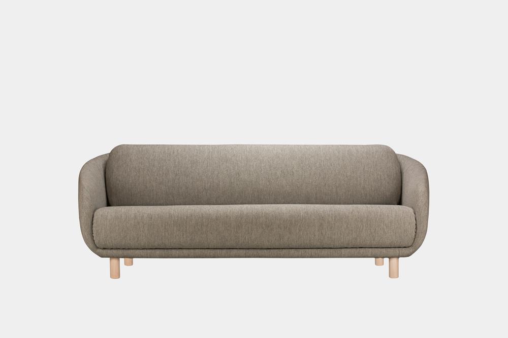 Iso Bobo-sohva saven värisellä Moss-kankaalla ja koivujalalla.