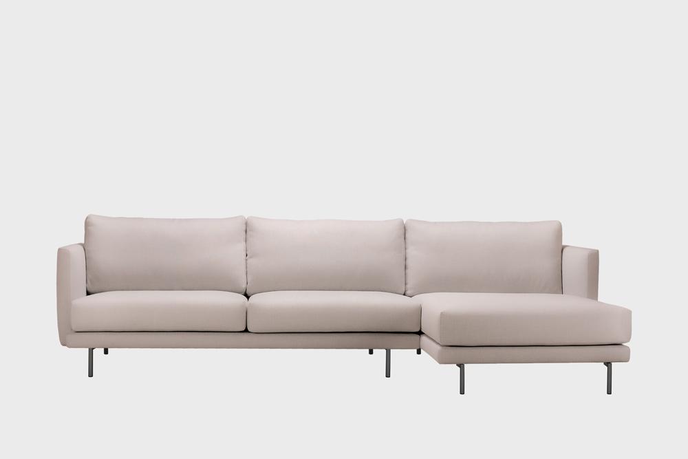 Oikea kätinen Lazy-divaani laten värisellä Soft-kankaalla ja metallijalalla.