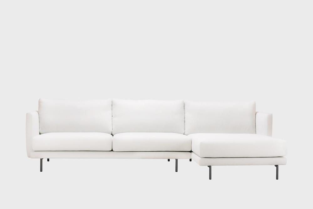 Oikea kätinen Lazy-divaani luonnonvalkoisella Soft-kankaalla ja metallijalalla.