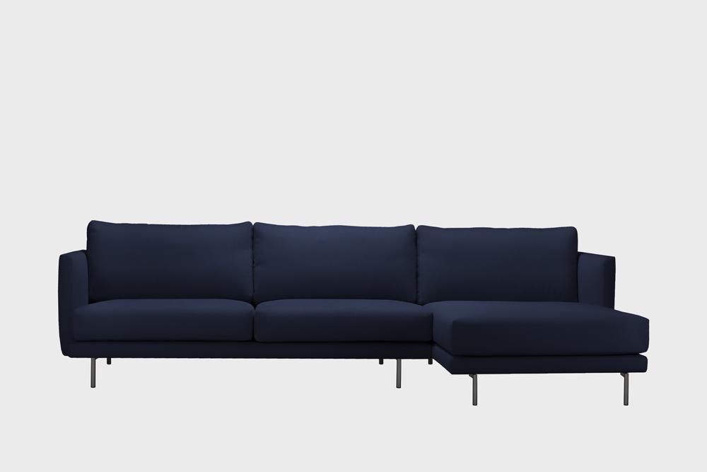 Oikea kätinen Lazy-divaani tummansinisellä Soft-kankaalla ja metallijalalla.