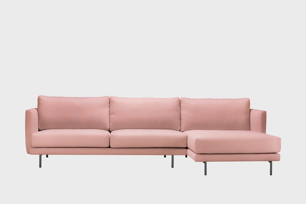 Oikea kätinen Lazy-divaani vaaleanpunaisella Soft-kankaalla ja metallijalalla.