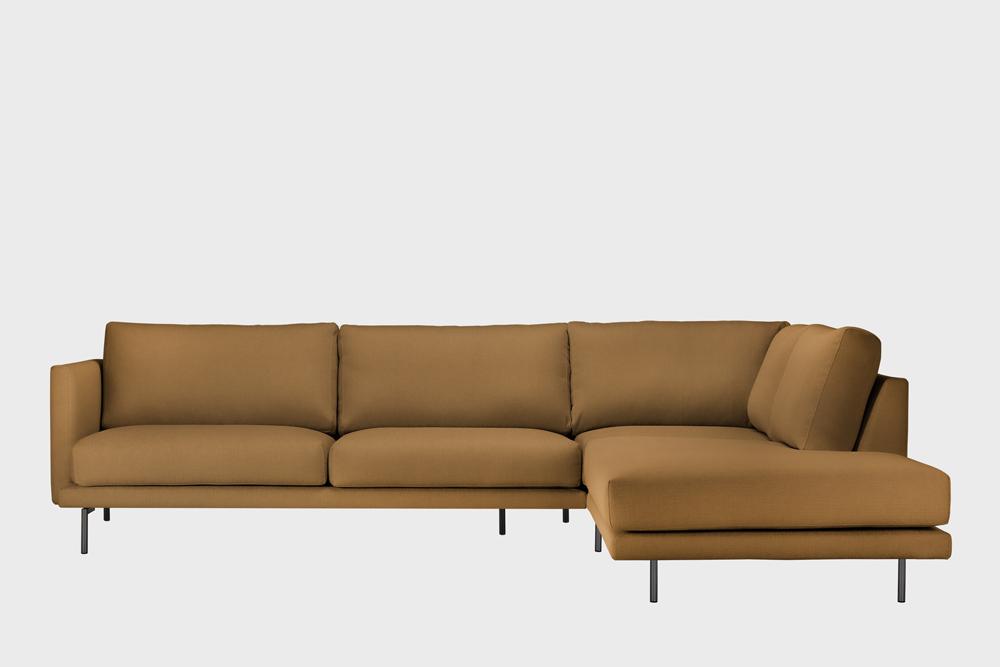 Oikea kätinen Lazy-kulmasohva kamelin värisellä Soft-kankaalla ja metallijalalla.