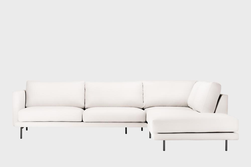 Oikea kätinen Lazy-kulmasohva luonnonvalkoisella Soft-kankaalla ja metallijalalla.