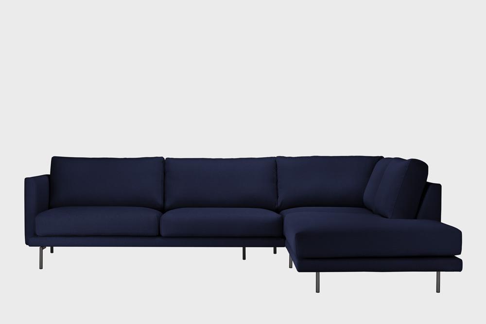Oikea kätinen Lazy-kulmasohva tummansinisellä Soft-kankaalla ja metallijalalla.