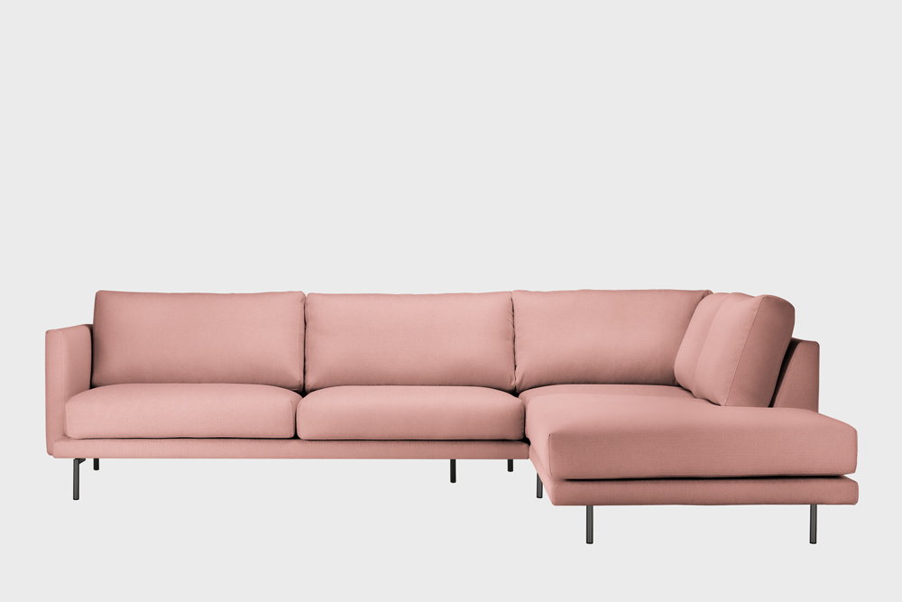 Oikea kätinen Lazy-kulmasohva vaaleanpunaisella Soft-kankaalla ja metallijalalla.