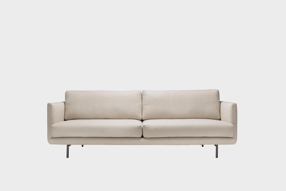 Lazy-sohva hiekan värisellä Florist-kankaalla ja metallijalalla.