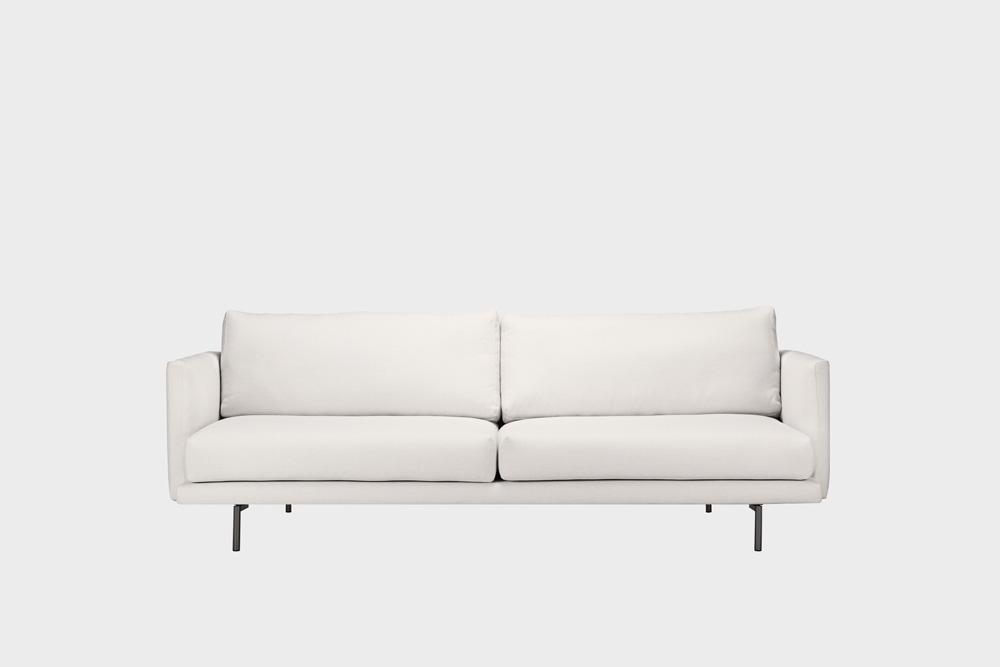 Lazy-sohva kitin värisellä Florist-kankaalla ja metallijalalla.