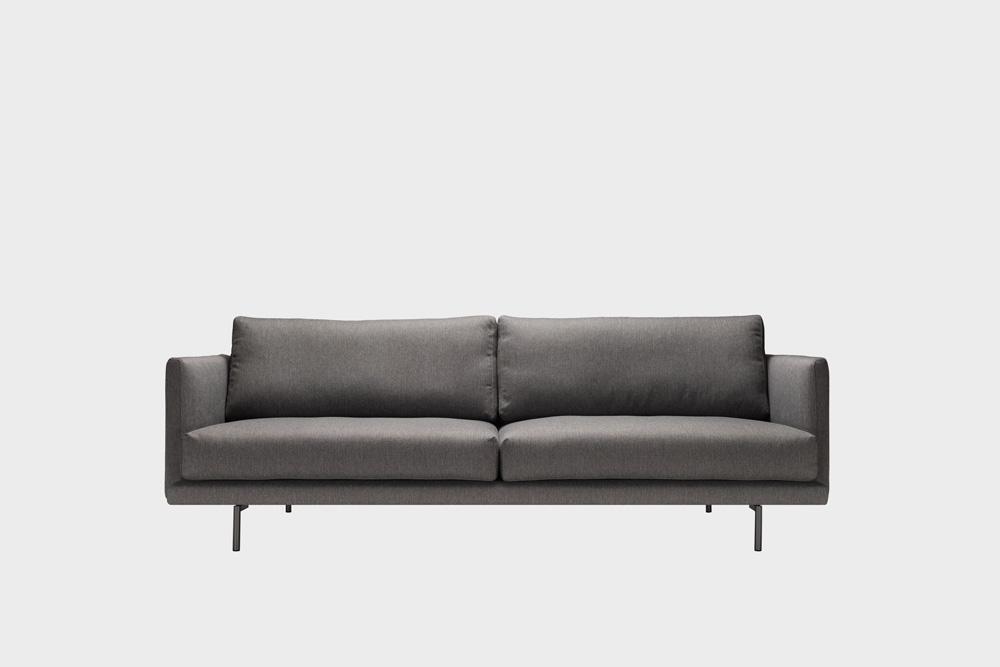 Lazy-sohva tummanharmaalla Florist-kankaalla ja metallijalalla.