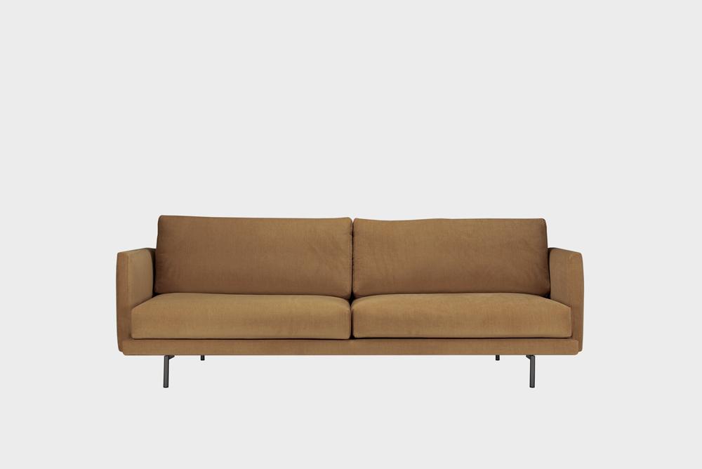 Kolmenistuttava Lazy-sohva kamelin värisellä Soft-kankaalla ja metallijalalla.