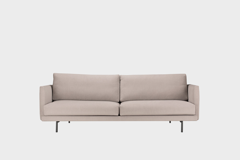 Kolmenistuttava Lazy-sohva laten värisellä Soft-kankaalla ja metallijalalla.
