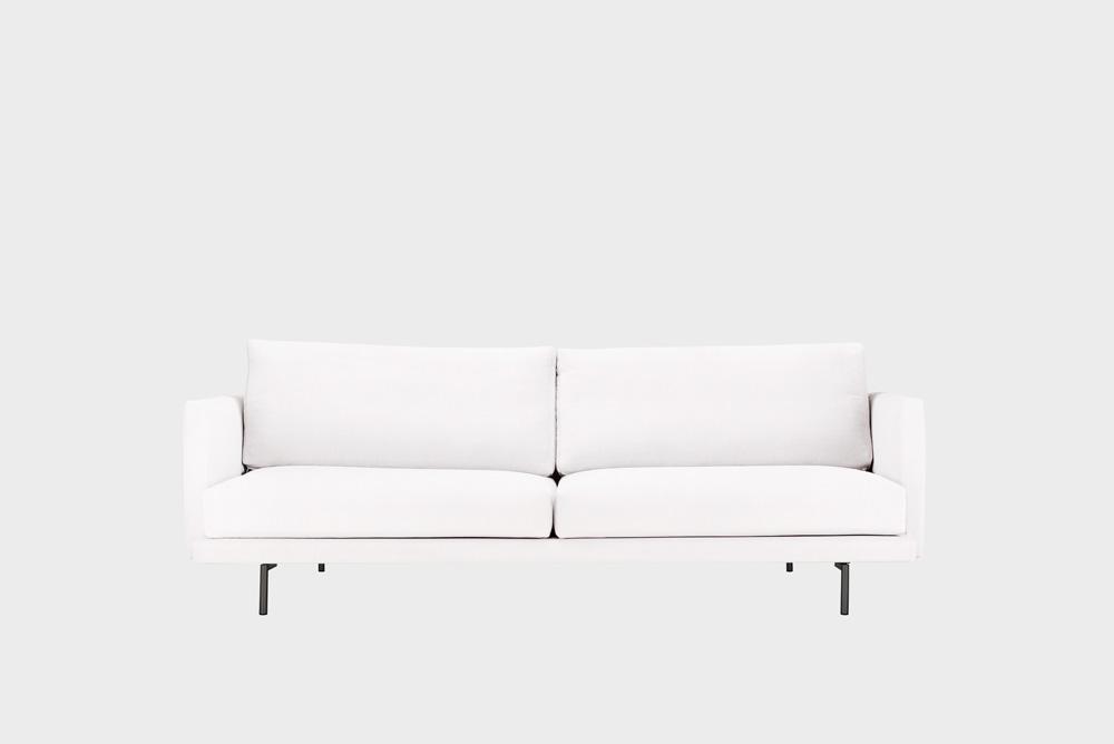 Kolmenistuttava Lazy-sohva luonnonvalkoisella Soft-kankaalla ja metallijalalla.