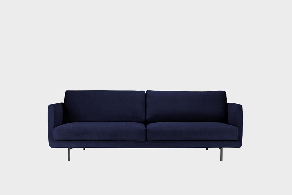 Kolmenistuttava Lazy-sohva tummansinisellä Soft-kankaalla ja metallijalalla.