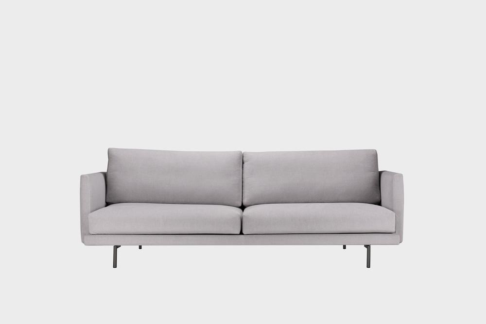 Kolmenistuttava Lazy-sohva vaaleanharmaalla Soft-kankaalla ja metallijalalla.