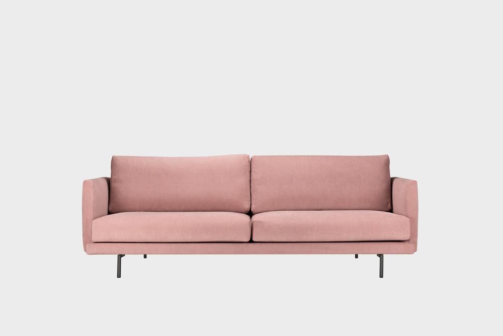 Kolmenistuttava Lazy-sohva vaaleanpunaisella Soft-kankaalla ja metallijalalla.