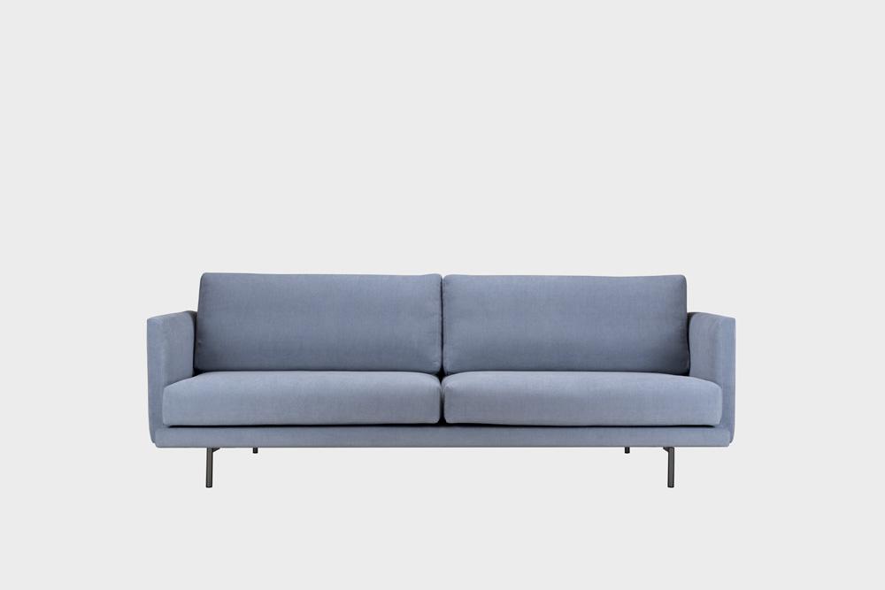 Kolmenistuttava Lazy-sohva vaaleansinisellä Soft-kankaalla ja metallijalalla.