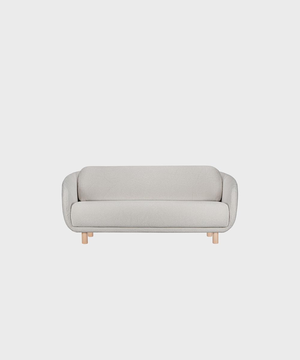 Bobo-sohva harmaalla Cloud-kankaalla ja koivujalalla.