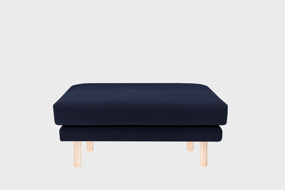 Cosy Pocket -rahi tummansinisellä Soft-kankaalla ja koivujalalla.