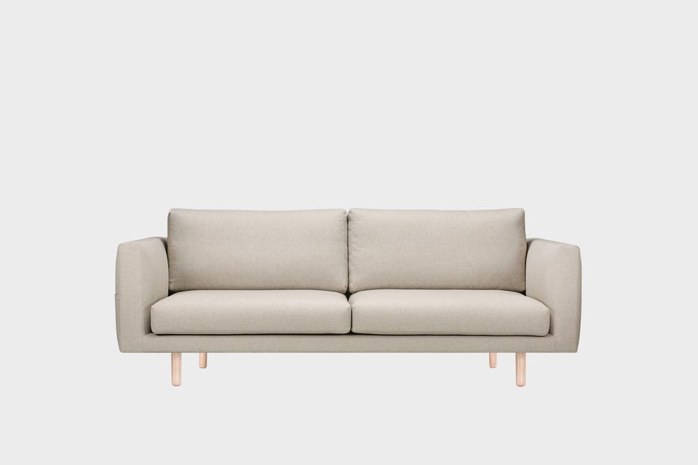 Cosy Pocket -sohva hiekan värisellä Florist-kankaalla ja koivujalalla.