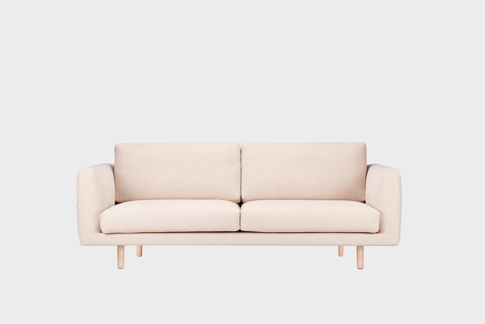 Cosy Pocket Wool -sohva hiekan värisellä Halingdal-kankaalla ja koivujalalla.