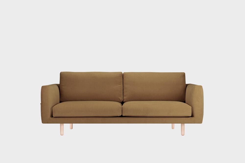 Cosy Pocket -sohva kamelin värisellä Soft-kankaalla ja koivujalalla.