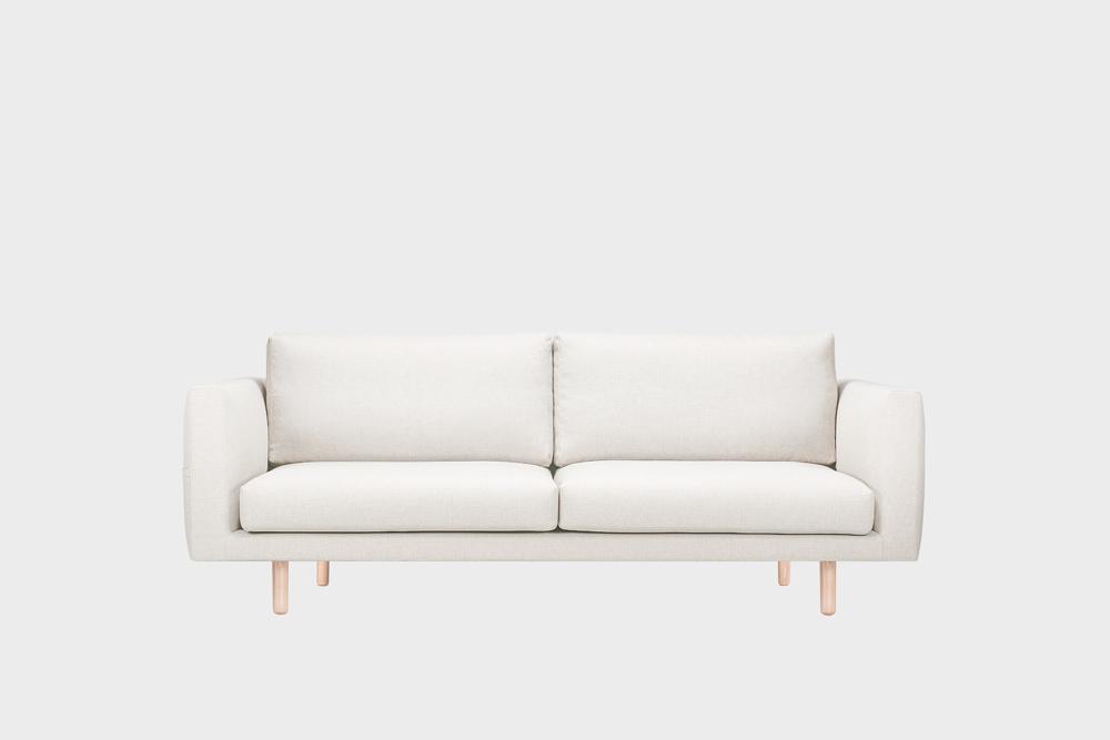 Cosy Pocket -sohva kitin värisellä Florist-kankaalla ja koivujalalla.
