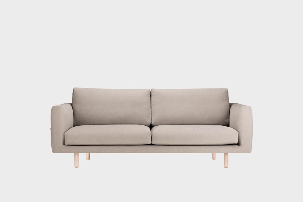 Cosy Pocket -sohva laten värisellä Soft-kankaalla ja koivujalalla.