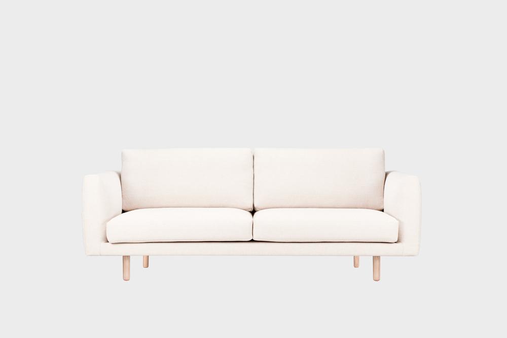 Cosy Pocket Wool -sohva luonnonvalkoisella Halingdal-kankaalla ja koivujalalla.